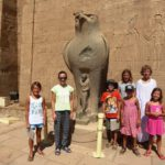 Die Schülergruppe vor dem Horus Tempel