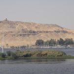 Hügel mit alten Gräbern in Assuan